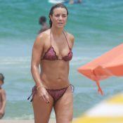 Aos 48 anos, Christine Fernandes vai à praia de biquíni e exibe corpo perfeito