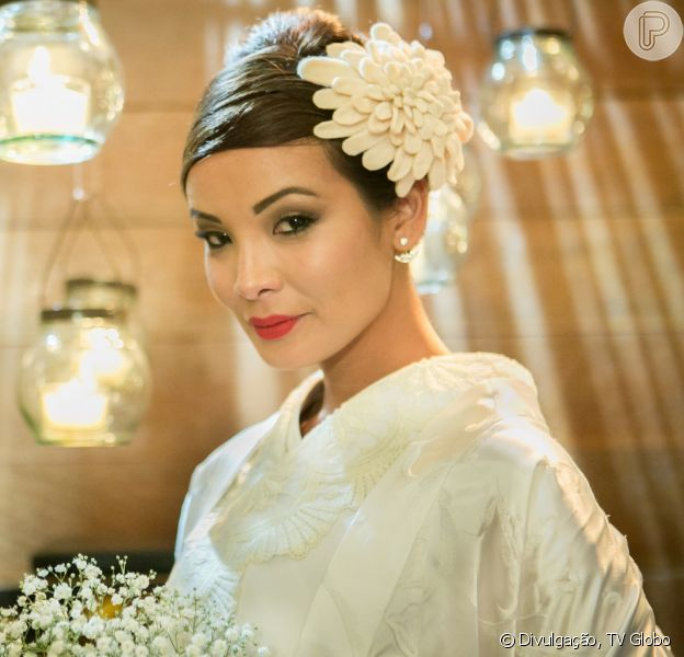 Hirô (Carol Nakamura) usa um quimono branco, traje típico da cultura japonesa, no seu casamento com Akira (Fabio Yoshihara) na novela 'Sol Nascente'