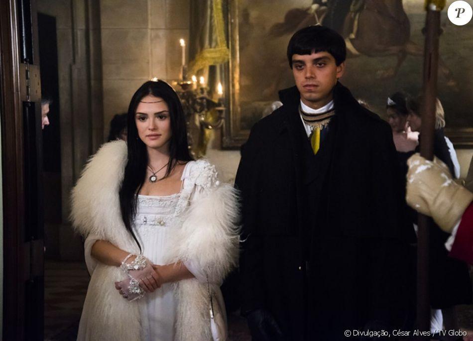 Irmãos na novela 'Novo Mundo', Isabelle Drummond e Rodrigo Simas gravam sequências do primeiro capítulo no Palácio do Itamaraty, no Centro do Rio, em fevereiro de 2017
