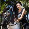 Para interpretar a professora de português Anna Millman na novela 'Novo Mundo', Isabelle Drummond fez aulas de pintura, equitação e espada