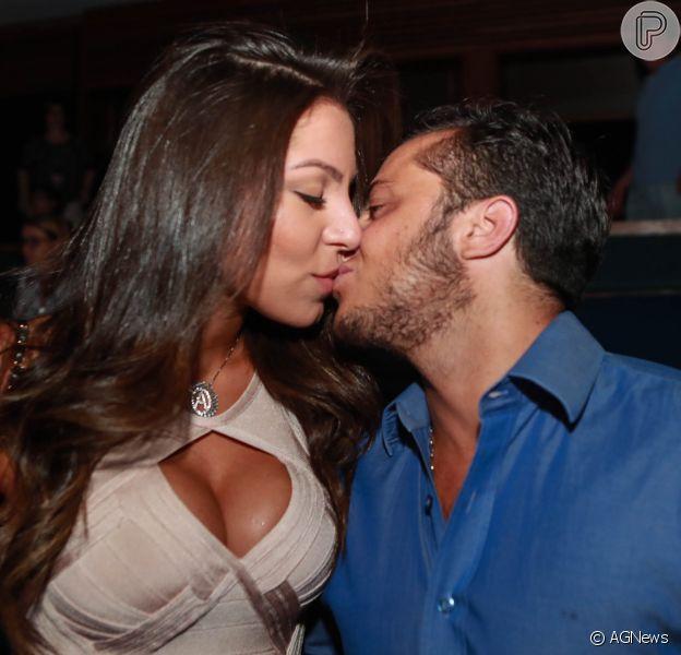 Thammy Miranda beija a namorada, Andressa Ferreira, em show em São Paulo