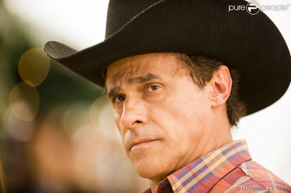 Ramiro (Oscar Magrini) sofre um enfarte durante o escândalo durante o casamento de Helena (Bruna Marquezine), em 10 de fevereiro, na novela 'Em Família'