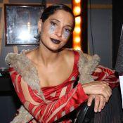 Camila Pitanga entrega flores à viúva de Domingos Montagner em estreia de peça