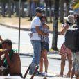Giovanna Antonelli abraça o marido, Leonardo Nogueira, durante gravações de 'Em Família'