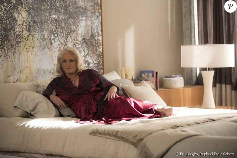 Mág (Vera Holtz) vai surpreender Tião (José Mayer) ao esperá-lo em seu quarto usando uma camisola sensual, na novela 'A Lei do Amor'