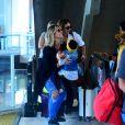 Giovanna Ewbank pega a filha, Títi, no colo ao sair da escada rolante