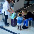 Giovanna Ewbank embarca para São Paulo com a filha, Títi, e a mãe, Débora