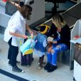 Giovanna Ewbank embarca para São Paulo com a filha, Títi, no colo nesta quinta-feira, dia 16 de fevereiro de 2017