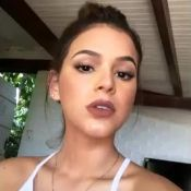 Bruna Marquezine brinca com maquiador em vídeo: 'Até que fez direitinho hoje'