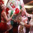 Luciana Gimenez posa com casal de mestre-sala e porta-bandeira da Grande Rio durante evento da escola