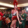 Luciana Gimenez mostra samba no pé na feijoada da Grande Rio, no hotel Royal Tulip