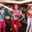 julianne Trevisol cai no samba na feijoada da Grande Rio, no hotel Royal Tulip
