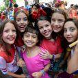 Filha da atriz Camila Pitanga, Antonia curte bloco de rua infantil com amiguinhas