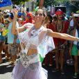 Cynthia Howlett, ex-mulher do ator Eduardo Moscovis, desfila há mais de 15 anos como porta-bandeira do bloco Suvaco de Cristo, um dos mais tradicionais do Rio de Janeiro