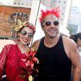 Alexandre Nero e a mulher, Karen Brusttolin, se divertiram no desfile do bloco Acadêmicos do Baixo Augusta, na Região Central de São Paulo, no domingo, 19 de fevereiro de 2017