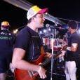 Rafael Cortez solta a voz em cima de trio elétrico em Salvador