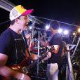 Rafael Cortez beija namorada e canta em trio na Bahia nesta terça-feira, dia 21 de fevereiro de 2017