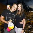 Rafael Cortez posa com a namorada, Adriana, em cima do trio elétrico antes do show da Timbalada