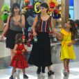 Débora Falabella curte noite de passeio na companhia da filha, Nina, da irmã, Cynthia, e a sobrinha, Lis, em um shopping do Rio de Janeiro, na noite desta terça-feira, 21 de fevereiro de 2017