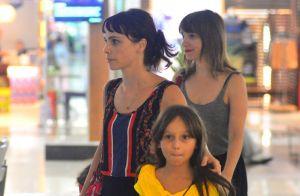 Débora Falabella curte passeio na companhia da filha e da irmã, Cynthia. Fotos!