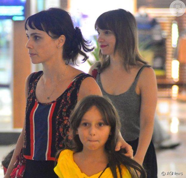 Débora Falabella curte passeio na companhia da filha e da irmã, Cynthia