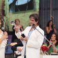 Roberto Carlos recebe troféu das mãos da atriz Regina Duarte