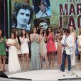 Roberto Carlos posa com atrizes famosas da TV Globo no palco do 'Domingão do Faustão'