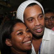 Com os olhos vermelhos, Ronaldinho Gaúcho é tietado na Sapucaí e vira piada