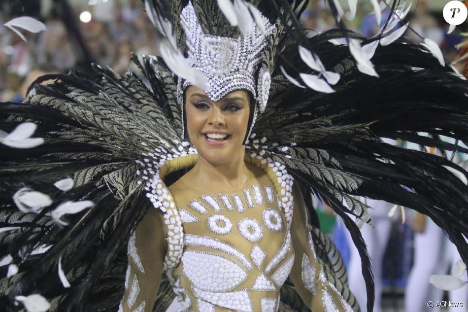 Rainha de bateria da Grande Rio, Paloma Bernardi usou uma fantasia comportada neste domingo, 26 de fevereiro de 2017