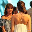 Clara (Giovanna Antonelli) tenta disfarçar sua inquietação na presença de Marina (Tainá Müller), na novela 'Em Família'
