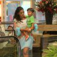 Juliana Paes carrega o primogênito no colo