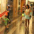 Juliana Paes sorri ao ver o filho correr pelo shopping