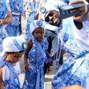 Carnaval: Lázaro Ramos e o filho curtem bloco Filhos de Gandhy na Bahia
