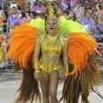 Raphaela Gomes brilhou com fantasia representando o sol em desfile da escola de samba carioca São Clemente