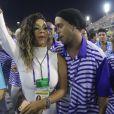 Ronaldinho Gaúcho desfilou com a mão na cintura da cantora e teve até direito a momento olhos nos olhos com ela