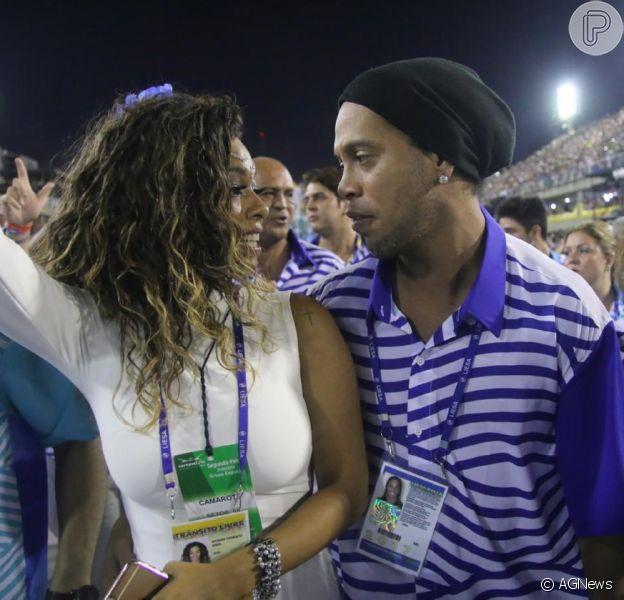 Ronaldinho Gaúcho desfila na Portela abraçado à Juliana Diniz, affair do passado