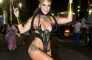 Musa Renata Santos não sofreu com dieta low carb para Carnaval: 'Podia picanha!'