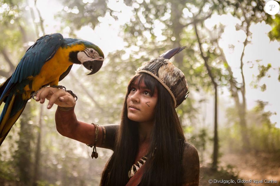 Giullia Buscacio, de 'Novo Mundo', lembra banquete em tribo indígena em entrevista ao Purepeople na última terça-feira, dia 08 de março de 2017
