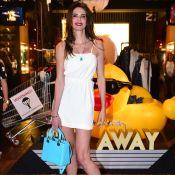 Luciana Gimenez usa bolsa Dior de R$ 15 mil em evento: 'Ganhei do meu marido'