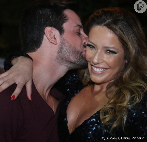 Renata Domínguez ganha beijo do namorado, o advogado e empresário Marcio Bruzzi, ao comemorar seu aniversário, na Barra da Tijuca, na noite de sexta-feira, 10 de março de 2017. Veja fotos!