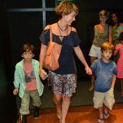 Cláudia Abreu, de 'A Lei do Amor', leva os filhos à peça de teatro, no Rio