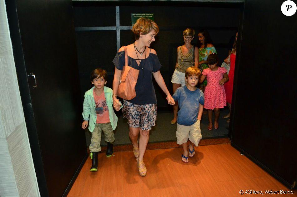 Cláudia Abreu prestigia a peça 'Amor de Fada' acompanhada dos filhos Pedro Henrique e José Joaquim, no Rio de Janeiro, em 12 de março de 2017