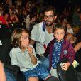 Juliano Cazarré posa com filhos Vicente e Inácio antes da peça 'Amor de Fada'