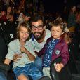 Juliano Cazarré foi com os filhos Vicente e Inácio à peça de teatro