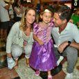 Guilhermina Guinle vai ao teatro acompanhada da filha, Mina, e do marido, Leonardo Antonelli
