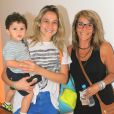 Fernanda Gentil leva o filho, Gabriel, e a mãe, Martha Machado para assistirem peça infantil no Rio de Janeiro