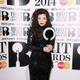 Lorde aposta em visual gótico com um vestido Tom Ford no Brit Awards 2014