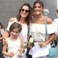 Flávia Alessandra e Giulia Costa posaram para os fotógrafos no evento