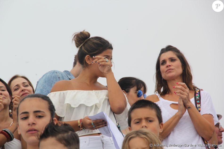 Flávia Alessandra e Giulia Costa se emocionaram em um evento com crianças refugiadas, no Rio, em 15 de março de 2017