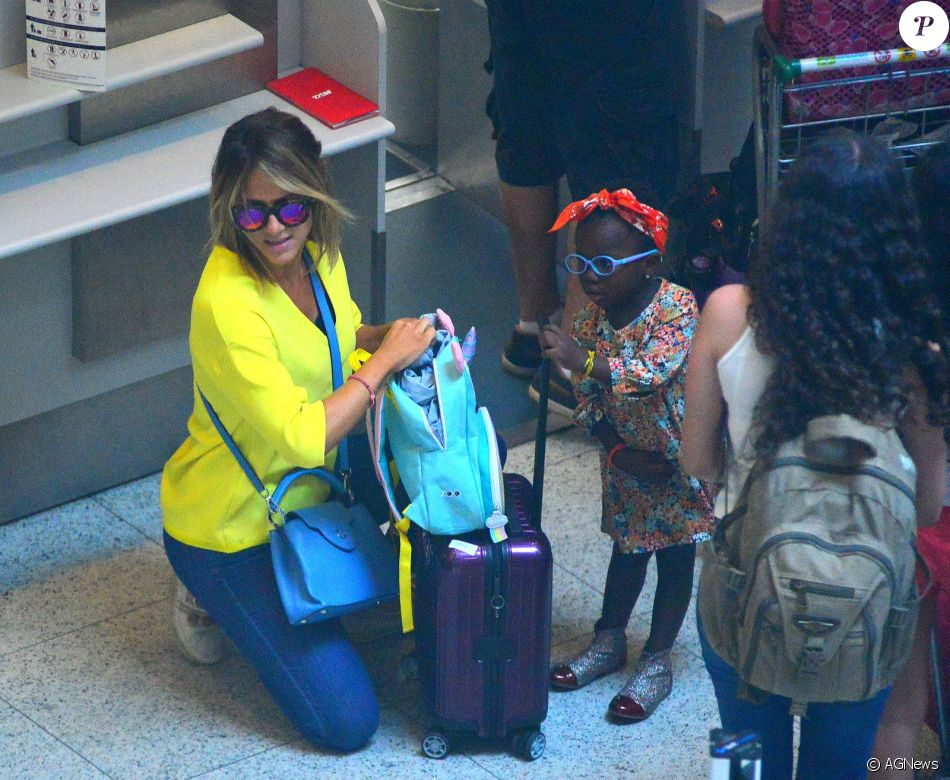 Giovanna Ewbank e a filha, Títi, embarcam estilosas em aeroporto do Rio de janeiro